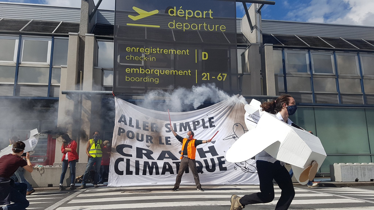 In Nantes, banners were unfurled in front of the airport entrances with cardboard planes and smoke.